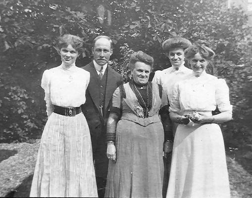 zusjes Dumon, Frits, Moeder Dumon-Gregory